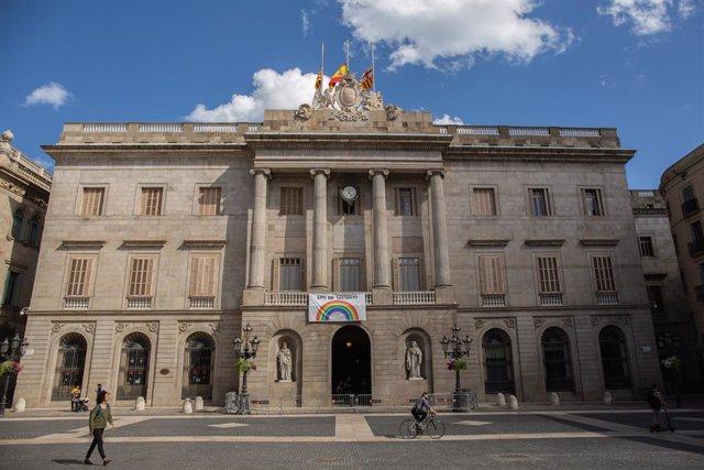 Façana de l'Ajuntament de Barcelona amb un dibuix d'un arcoiris mentre la ciutat continua en la fase zero de la desescalada en la novena setmana de l'estat d'alarma decretat pel Govern per la pandèmia del Covid-19.