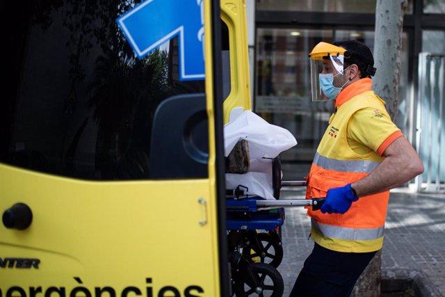 Un tècnic del Sistema d'Emergències Mèdiques (SEM) de la Generalitat de Catalunya fica una llitera en una ambulància durant un servei i neteja d'EPIs, a Barcelona/Catalunya (Espanya) a 19 d'abril de 2020 (arxiu).