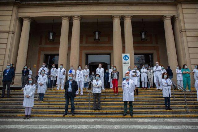 Professionals sanitaris guarden dos minuts a l'Hospital Vall d?Hebron en record als sanitaris morts de Covid-19. L'atur ha estat convocat pel Consell de Col·legis de Metges de Catalunya i altres col·legis professionals de l'àmbit de la salu