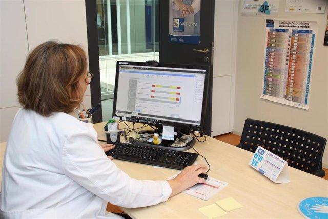 Una profesional del Sergas utiliza la herramienta TELEA