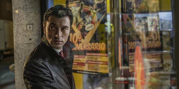 2. Javier Rey busca a un asesino en serie en el tráiler de Orígenes secretos, la comedia friki de Netflix