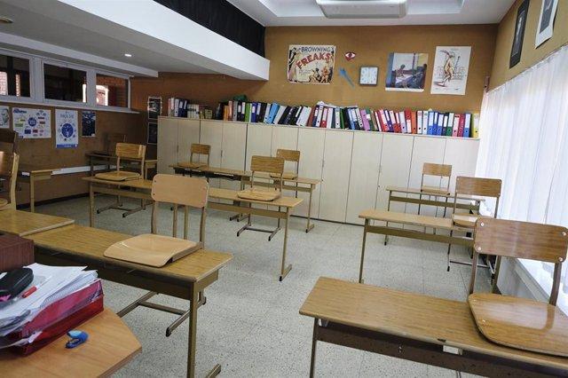 Pupites colocados y separados entre sí en una de las aulas acondicionadas para el nuevo curso del colegio Virgen de EuropeA