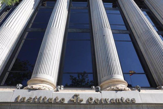 Letrero del Instituto Cervantes en la fachada del Edificio de las Cariátides (C/ Alcalá N 49, Madrid).
