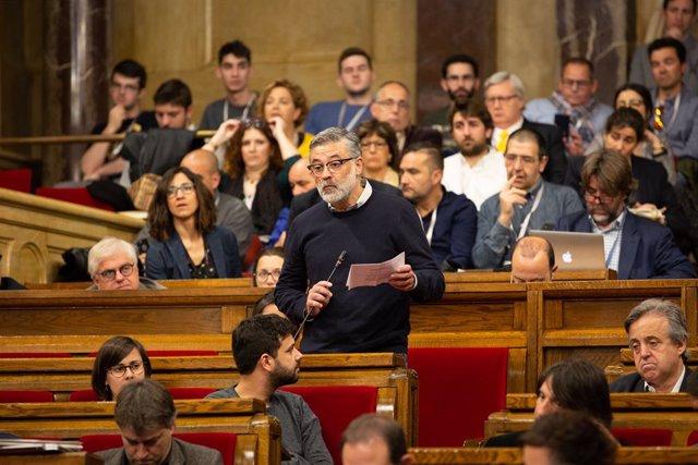 El portaveu de la CUP en el Parlament, Carles Riera, intervé des del seu escó en una sessió plenària, en una imatge d'arxiu.