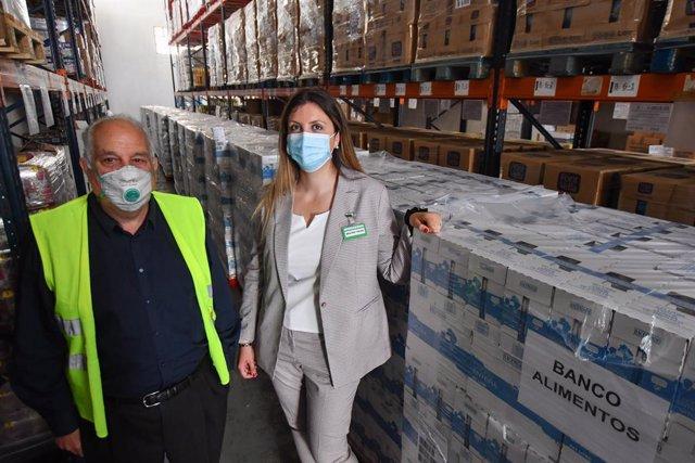 El president del Banc d'Aliments de Tarragona, Eusebio Alonso, i la directora de Relacions Externes de Mercadona a Tarragona, Beatriz Feced, en una donació de Mercadona pel coronavirus el 26/5/2020