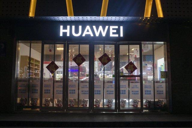 Fachada de una tienda de Huawei en China.