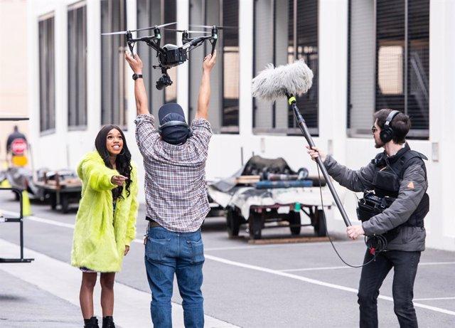 "Teala Dunn durant el rodatge de ""Sony Collaboration Sèries"" amb Nicky Jam"
