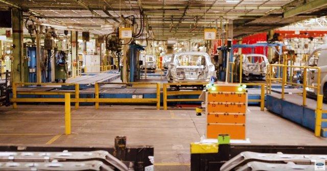 Robot con tecnología de conducción autónoma en Ford