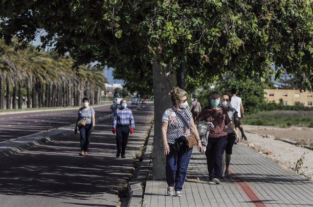 Personas mayores caminando en el primer día de salida en Valencia tras 48 días en casa por el coronavirus, en que los adultos pueden salir a pasear y a hacer deporte, en  Valencia / Comunidad Valencia (España), a 2 de mayo de 2020.