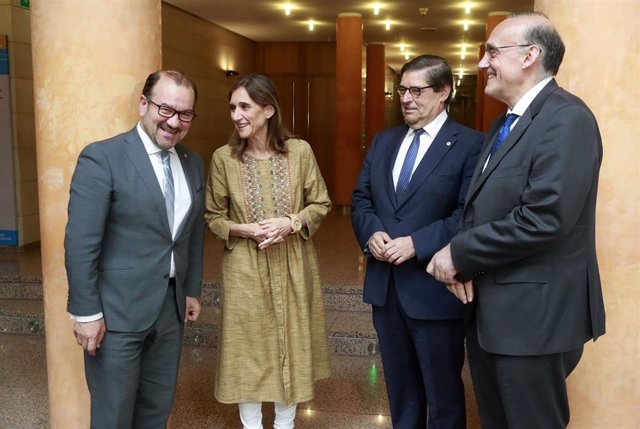 La conselleira Carmen Pomar y los tres rectores gallegos, en una imagen de archivo.