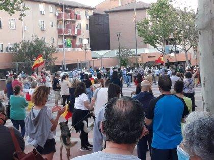 Decenas de personas protestan contra el Gobierno frente a la Comandancia de la Guardia Civil en Tres Cantos