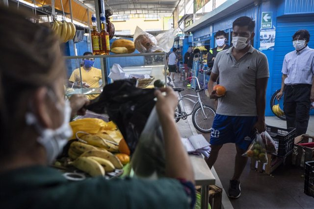 Coronavirus.- Perú supera un nuevo récord de casos diarios con más de 5.700 y av
