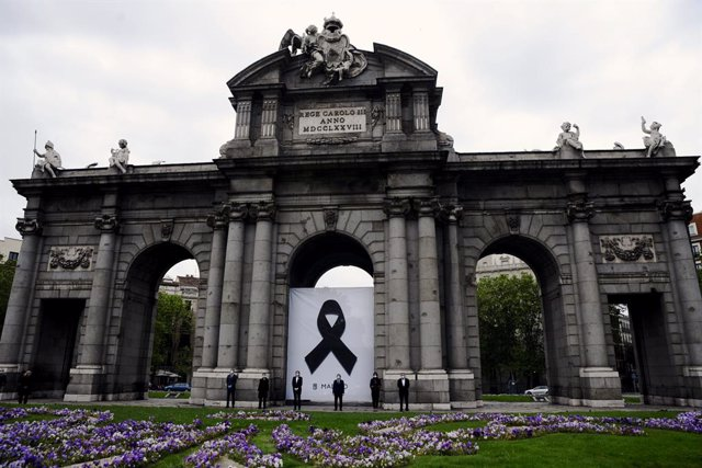 inuto de silencio celebrado en la Puerta de Alcalá por las víctimas del Covid-19 donde se descubrirá un crespón negro. En Madrid, (España), a 23 de abril de 2020.