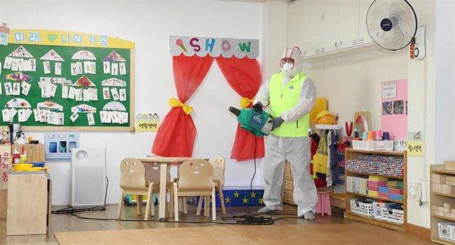 Labores de limpieza en una guardería en Seúl