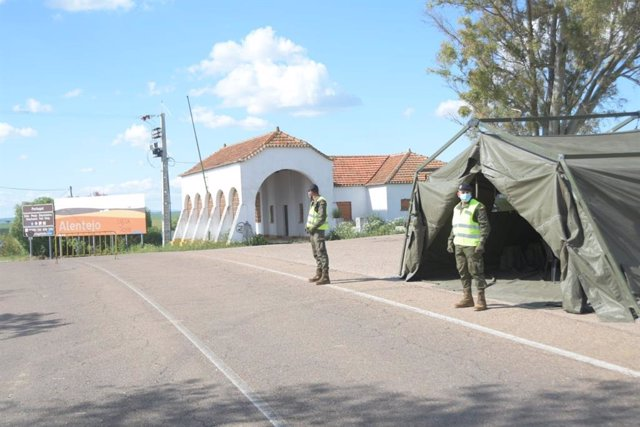 Militares custodian un paso fronterizo
