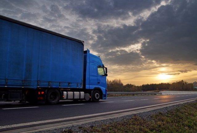 Imagen de un camión en carretera.