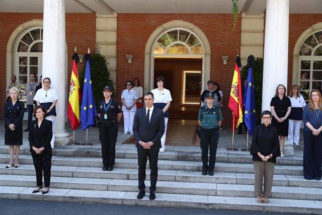 El presidente del Gobierno, Pedro Sánchez, encabeza el minuto de silencio por las víctimas de la COVID-19 en el Palacio de la Moncloa