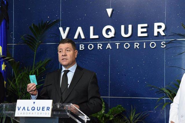 El presidente de C-LM, Emiliano García-Page, en su visita a Laboratorios Válquer