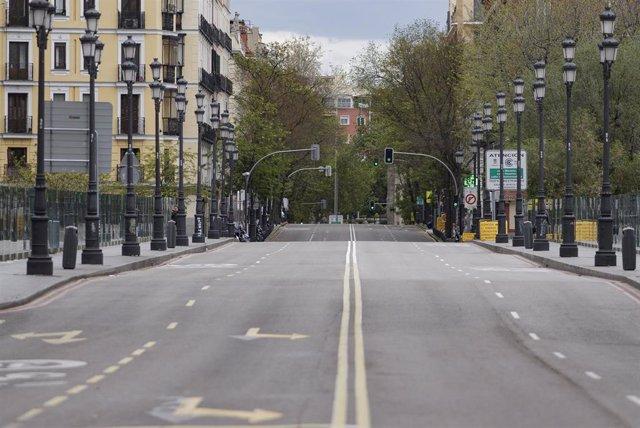 La calle Bailén aparece completamente vacía en el día 33 del estado de alarma, en Madrid (España), a 16 de abril de 2020.