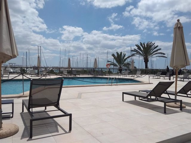 Piscina con la separación de dos metros entre hamacas del hotel Meliá Palma Marina.
