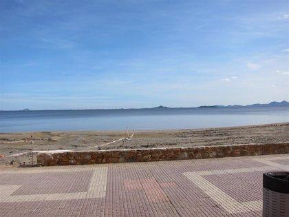 """El Gobierno regional refuerza con 90 operarios la limpieza de las playas del Mar Menor """"ante la inacción"""" del Estado"""