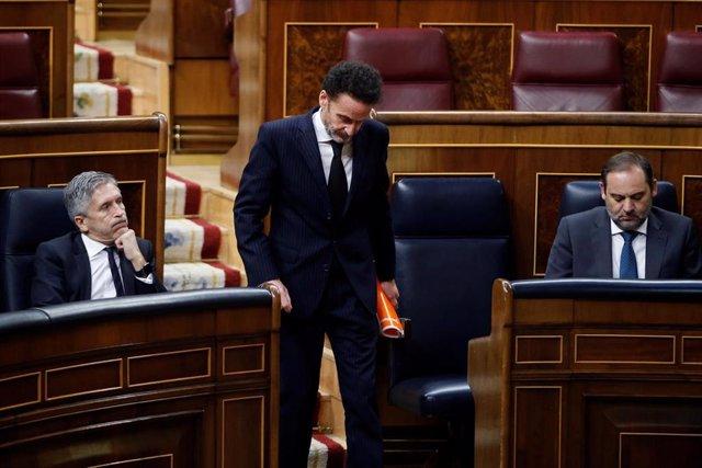 El portavoz adjunto de Ciudadanos en el Congreso de los Diputados, Edmundo Bal, pasa ante los escaños de los ministros de Transportes, José Luis Ábalos, y del Interior, Fernando Grande-Marlaska, en la Cámara Baja.