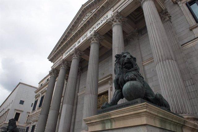 Estatuas de leones en la entrada del Congreso de los Diputados durante el estado de alarma decretado por el coronavirus, en Madrid (España), a 16 de marzo de 2020.