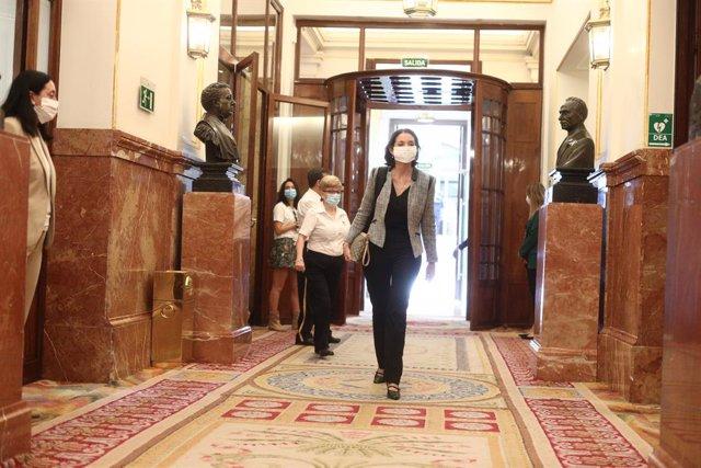 La ministra de Industria, Comercio y Turismo, Reyes Maroto, a su llegada al pleno de sesión de control al Gobierno en el Congreso