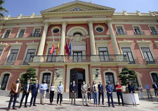 Imagen del minuto de silencio frente al Ayuntamiento de Murcia