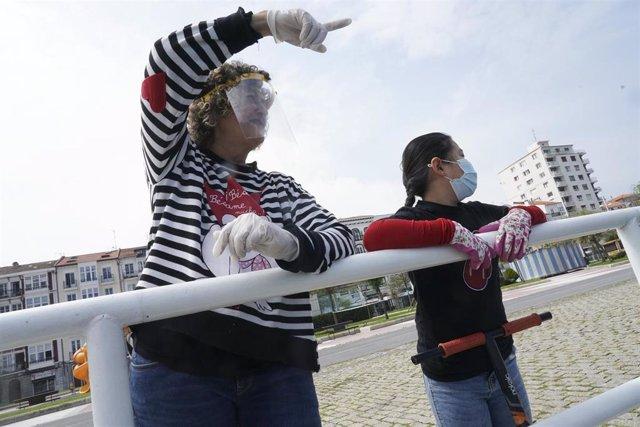 Una niña junto a una mujer en Castro Urdiales (Cantabria/España) a 26 de abril de 2020.