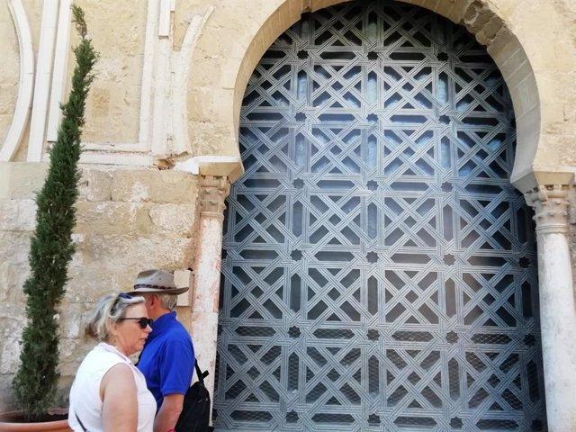 Exterior de la denominada segunda puerta de la Mezquita de Córdoba, cubierta por una lona con la imagen de la celosia retirada.