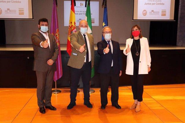 El presidente de la Diputación de Córdoba, Antonio Ruiz (segundo por la izda.), junto a los representantes de UGT, CECO y CCOO, en la firma de 'Juntos X Córdoba'