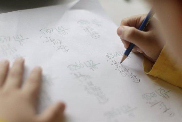 Un niño realiza operaciones matemáticas su casa de Madrid durante el confinamiento.