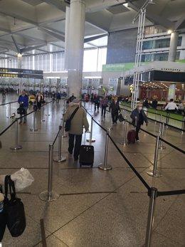 Pasajeros en la T3 del aeropuerto de Málaga a finales de marzo, días antes de cerrar las instalaciones para centrar la operativa en la t2