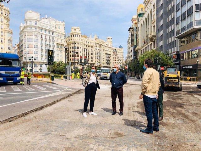 El concejal de Movilidad Sostenible y presidente de la EMT, Giuseppe Grezzi, en una visita a las obras de la plaza del Ayuntamiento junto al alcalde, Joan Ribó, y la vicealcaldesa, Sandra Gómez.