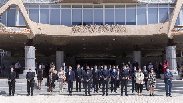 Imagen del minuto de silencio guardado a las puertas de la Asamblea Regional
