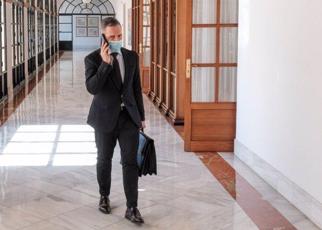 El consejero de Hacienda, Juan Bravo, a su llegada a la comisión del Parlamento de Andalucía.
