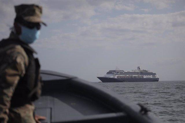 Agente de la Guardia Costera de Panamá con mascarilla por la pandemia de coronavirus