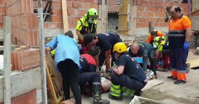 Dos trabajadores heridos tras caer de un andamio en Urzainqui.