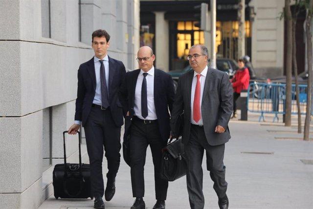 El expresidente del Banco Popular, Ángel Ron (1d), a su llegada al Juzgado Central de Instrucción número 4 de la Audiencia Nacional.