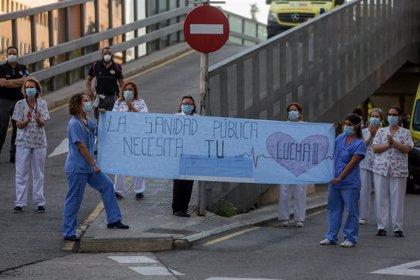 Los aplausos colectivos a los sanitarios resisten en el primer día de luto oficial por las víctimas