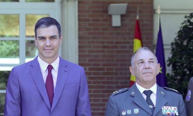 El presidente del Gobierno, Pedro Sánchez, y el teniente general de la Guardia Civil, Fernando Santafé, en el Palacio de la Moncloa.