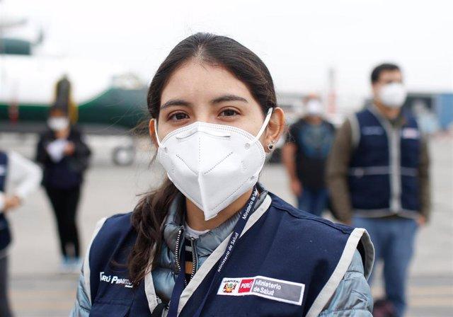 Una profesional de la salud pone rumbo al departamento amazónico de Loreto, en el norte de Perú, para colaborar en las labores de trabajo contra la COVID-19 en el país.