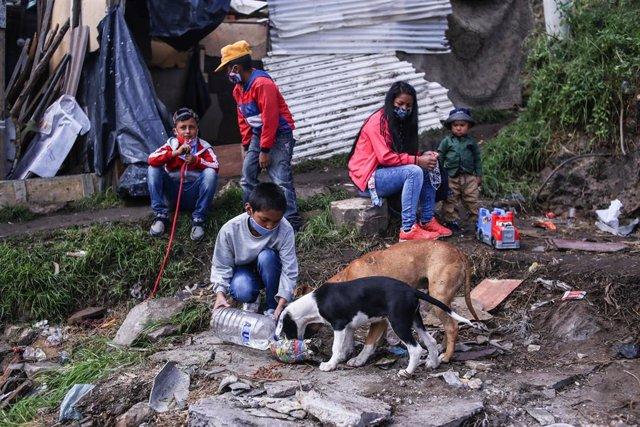 Un grupo de niños en una de las zonas más deprimidas de Bogotá, Colombia.