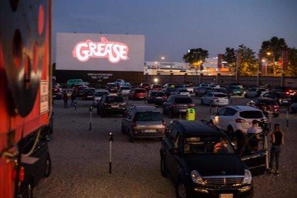 Primera noche de cine tras el confinamiento con la proyección de 'Grease' en el Autocine Madrid