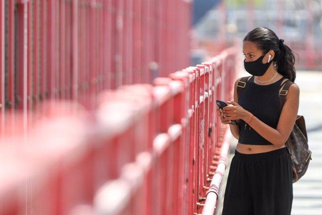 Una dona amb màscara en un barri de Nova York.