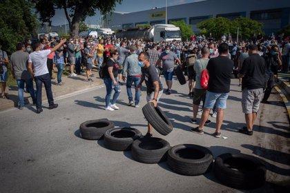 Unos 1.000 trabajadores de Nissan se concentran ante la planta de la Zona Franca