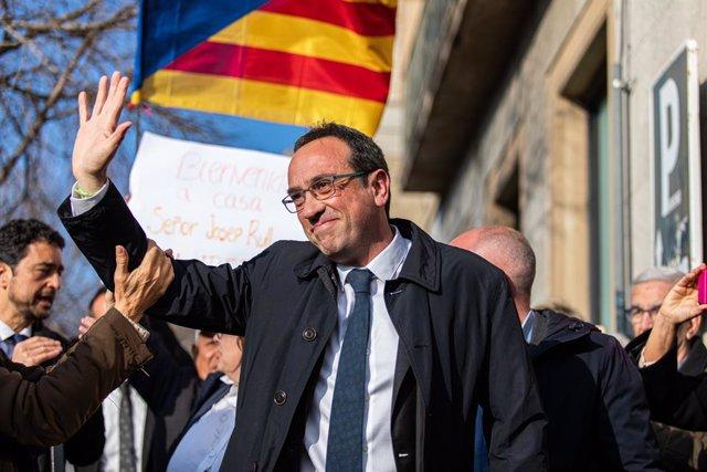 L'exconseller Josep Rull, pres en Lledoners, saluda en arribar a Mútua Terrassa en aplicació de l'article 100.2 del reglament penitenciari, en una imatge d'arxiu.