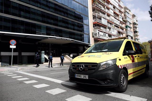 """Vehículos de intervención sanitaria del SUMMA a las puertas de el Gran Hotel Colón. El Hotel Ayre Gh Colón próximo al Hospital Gregorio Marañón, el primer """"hotel medicalizado"""" puesto en marcha por la Comunidad de Madrid ante la crisis del coronavirus."""