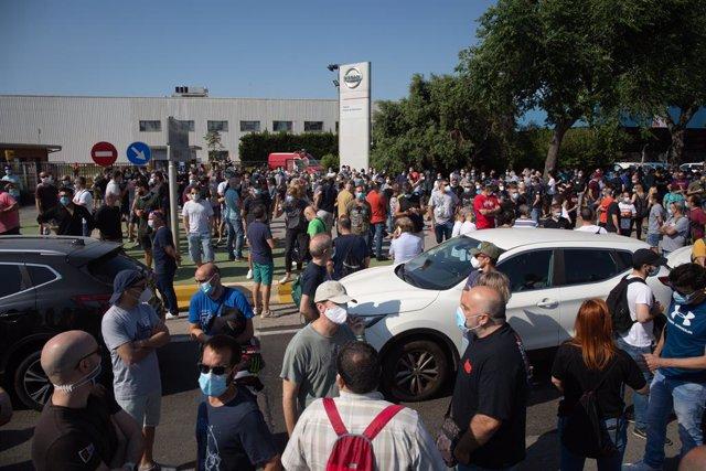 Treballadors de la planta de producció de Nissan a Barcelona es concentren en l'exterior de la fàbrica en la Zona Franca el dia en el qual fabricant japonès d'automòbils, com a part del seu nou pla estratègic a mitjà termini, ha decidit tancar-la. El